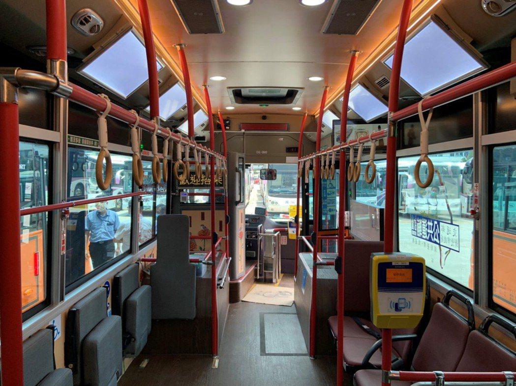 公車內部功能眾多,不只有全車空調淨化系統,座椅表皮還有無機抗菌劑,抑制各類病毒生...