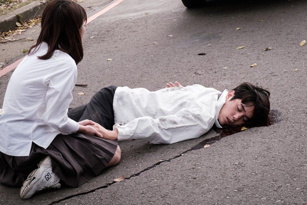 陳彥嘉在「日蝕遊戲」中因不滿家族黑暗鬥爭,憤而衝向馬路遭車撞傷倒地。圖/民視提供