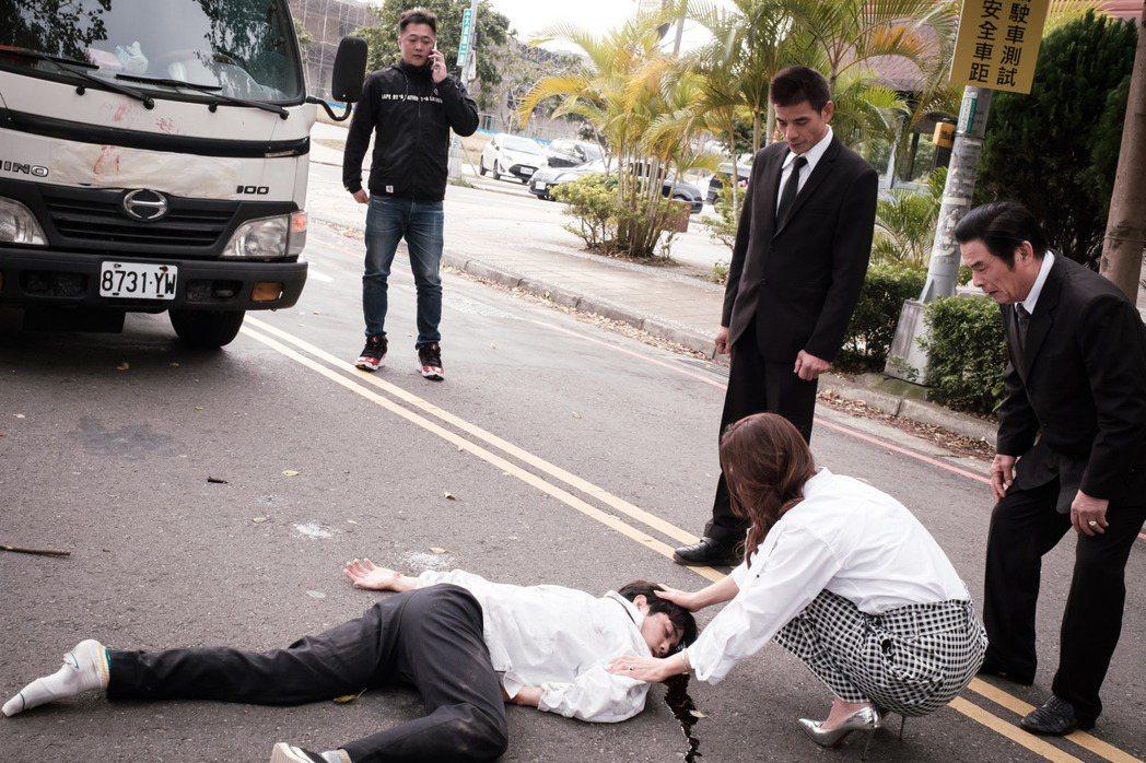 陳彥嘉在「日蝕遊戲」中車禍領便當。圖/民視提供