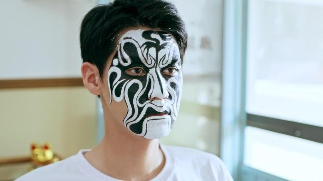 李玉璽在「神之鄉」中畫臉譜模樣。圖/東森、映畫提供