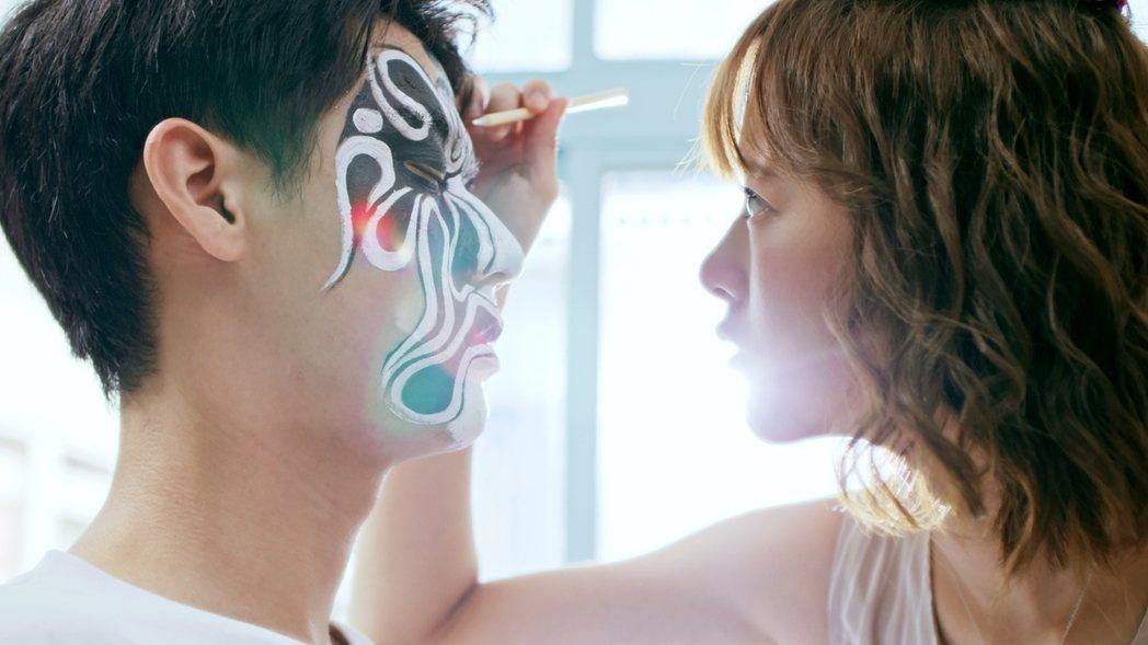 項婕如(右)在「神之鄉」戲中為李玉璽畫臉貼緊緊。圖/東森、映畫提供