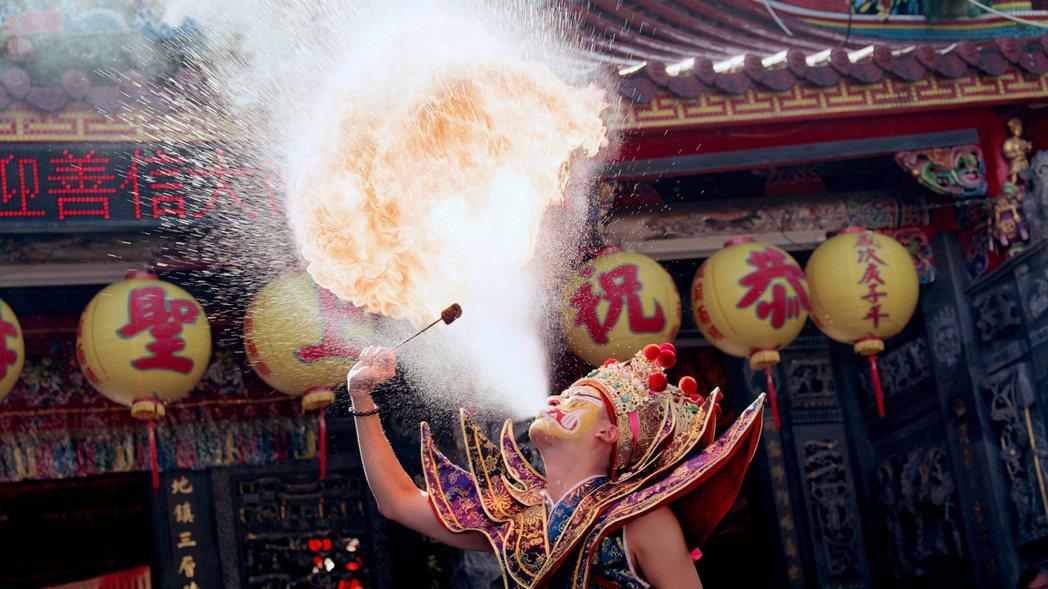 黃新皓在「神之鄉」中練噴火險被煤油味嗆暈。圖/東森、映畫提供