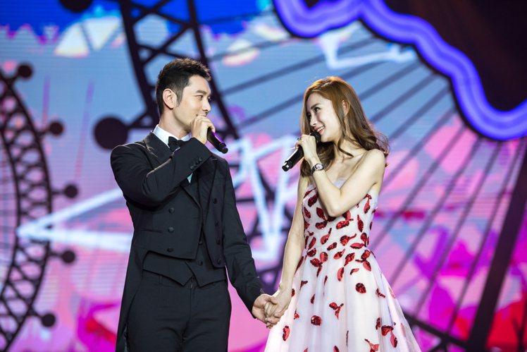 黃曉明(左)和Angelababy之前同台合唱,現在頻傳婚變。圖/視覺中國