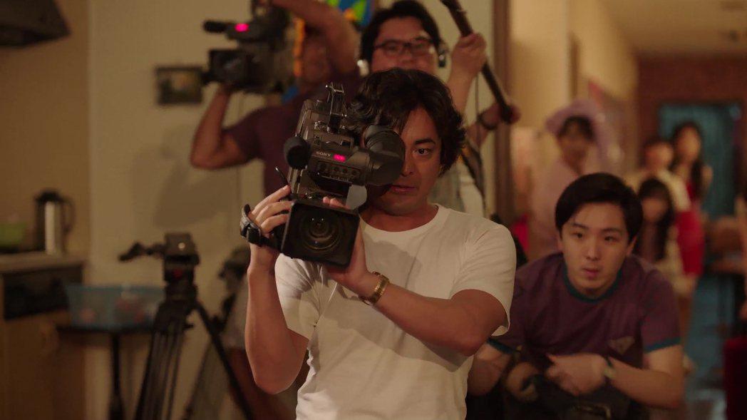 山田孝之繼續詮釋成人片導演角色。圖/Netflix提供