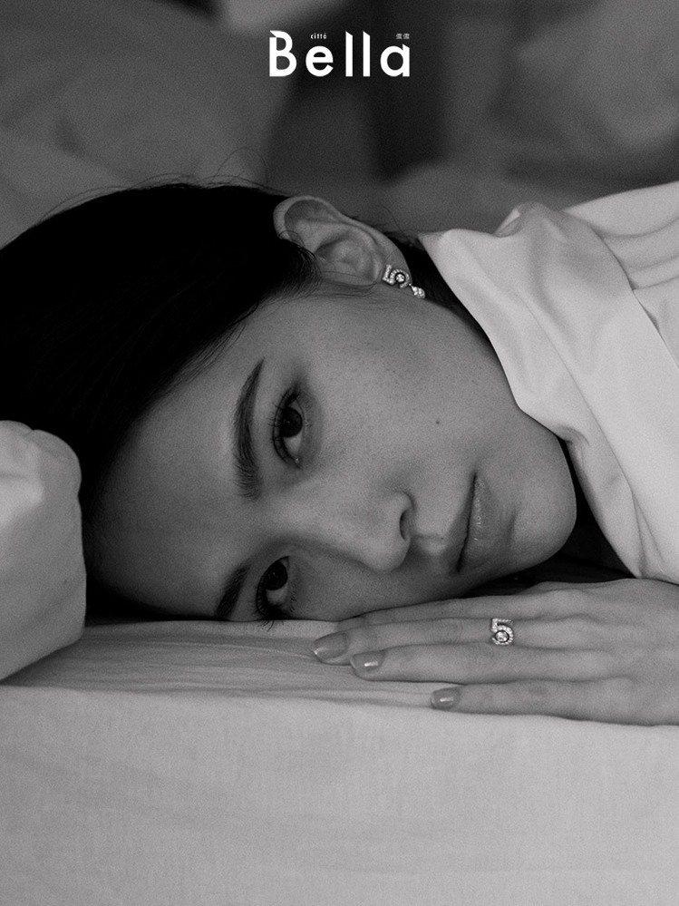 許瑋甯透過詮釋的角色,看到人生的深度廣度。圖/Bella儂儂雜誌提供