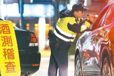 新冠肺炎爆發後,警政署去年2月起暫停全國同步取締酒駕,由各警察局、警分局自辦取締。圖為警方攔查酒測示意圖。圖/聯合報系資料照片