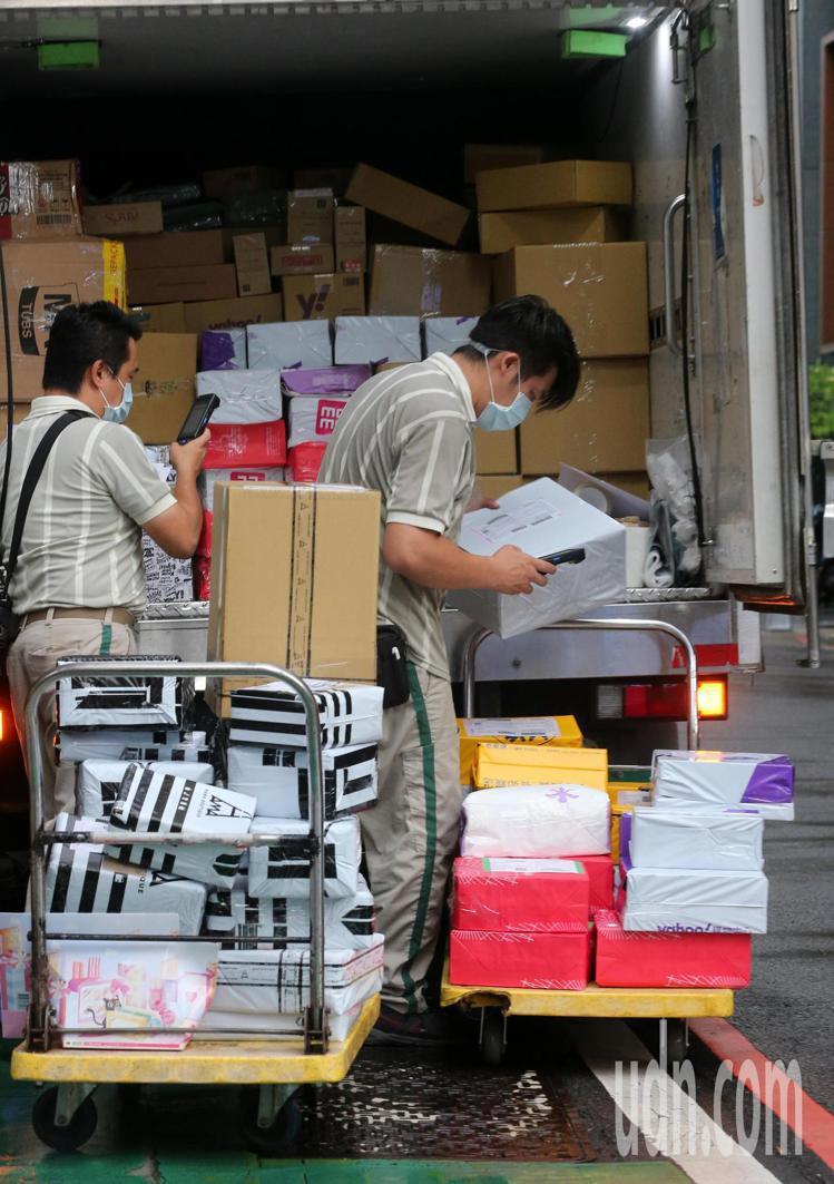 三級警戒延長至6月28日,許多行業面臨嚴峻考驗,只有物流業忙到不可開交。資料照/...