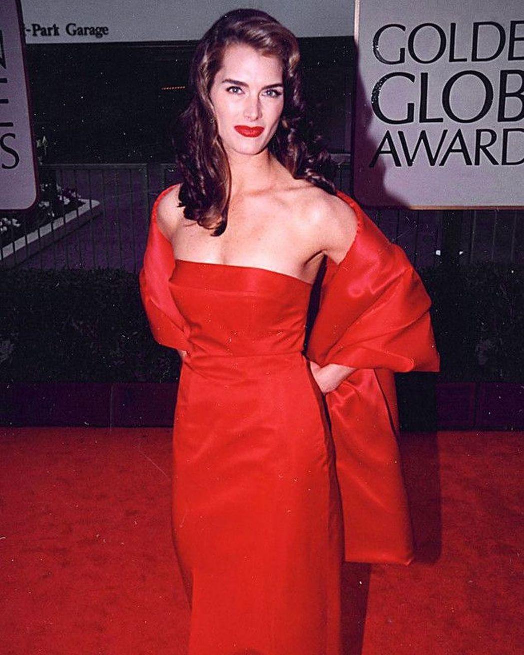 布魯克雪德絲20多年前穿著同一套紅色禮服出席金球獎頒獎典禮。圖/摘自IG