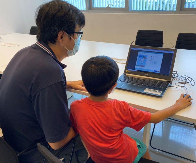 民眾居家防疫也能享受閱讀樂趣,屏東縣立圖書館總館整理線上閱讀與數位學習資源,推出「親子e書庫」服務。圖/屏東縣文化處提供