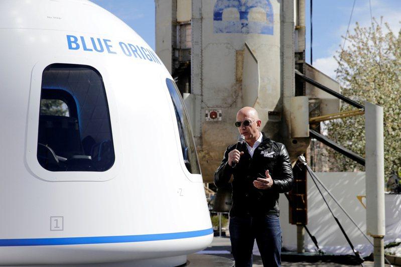 亞馬遜創辦人貝佐斯宣布將在7月20日,搭乘自家Blue Origin太空公司的太空船,執行第一趟載人太空任務。(路透)