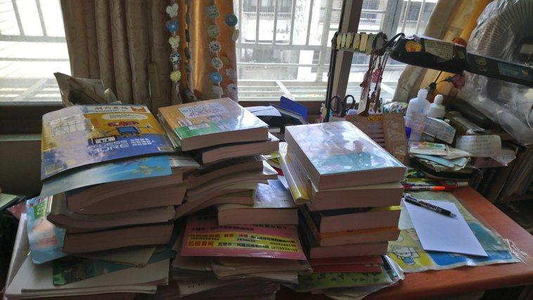 我有成堆如山的考試用書,等著我閱讀,想念從前在圖書館,有免費的冷氣可以吹,有免費...