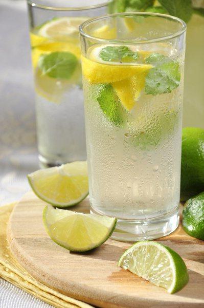 檸檬富含維生素C,用餐後喝檸檬汁,可助消化外,並能促進植物性的鈣、鐵、類黃酮素吸...