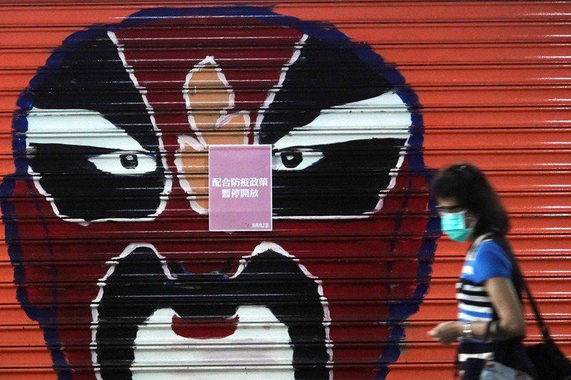 國內新冠肺炎疫情嚴峻,已二度延長三級警戒。圖為站前地下街的商店因為疫情停止營業。圖/聯合報系資料照片