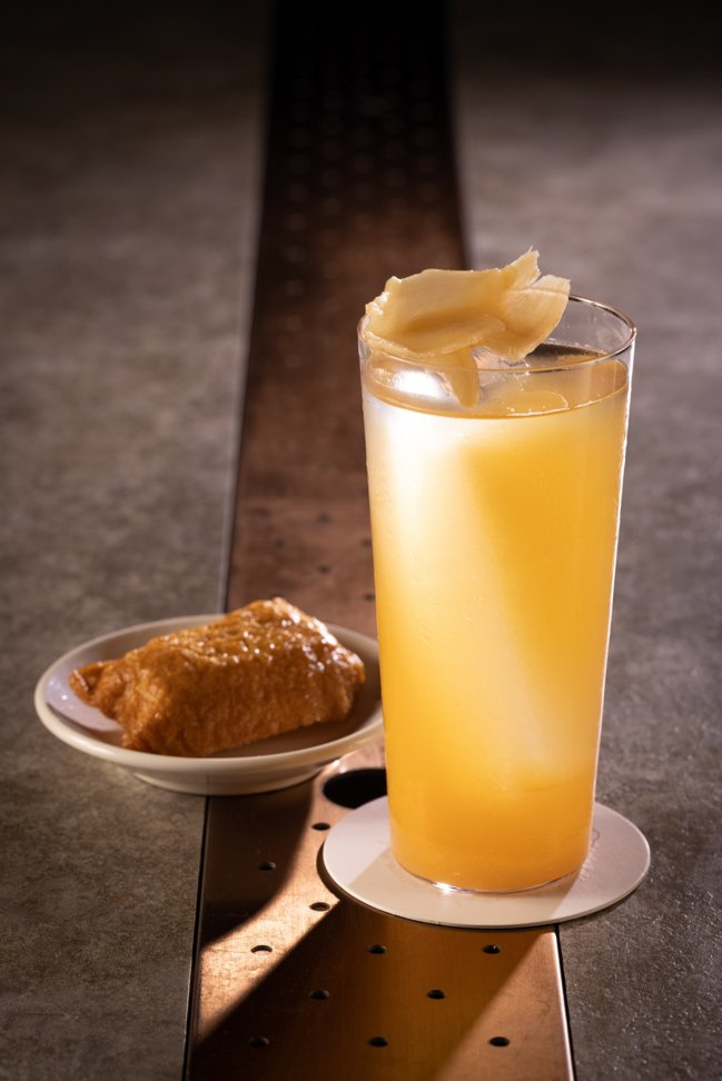 「生啤薑嗨」使用了生啤酒、鳳梨汁、酸梅湯,豆皮壽司與薑片,酸甜、氣泡感鮮明,美味...