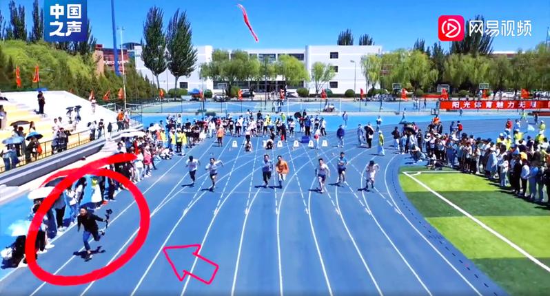 近日陸網瘋傳一段高中運動會短跑比賽影片,片中攝影師起跑後一路維持領先,引起網友熱議。圖/取自網易視頻