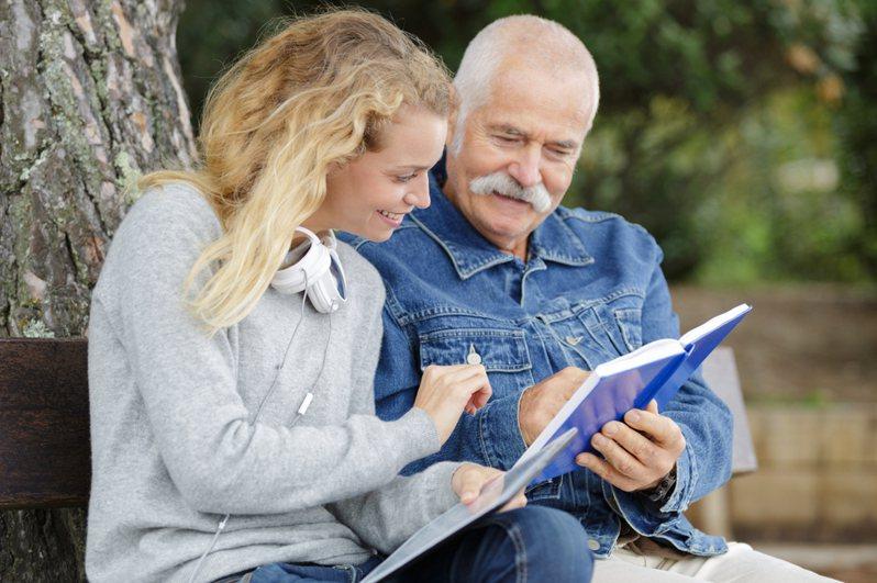 一名網友發文表示對於疫情期間,是否返鄉照顧獨居高齡老父親感到相當為難,貼文一出引起熱議。圖片來源/ingimage