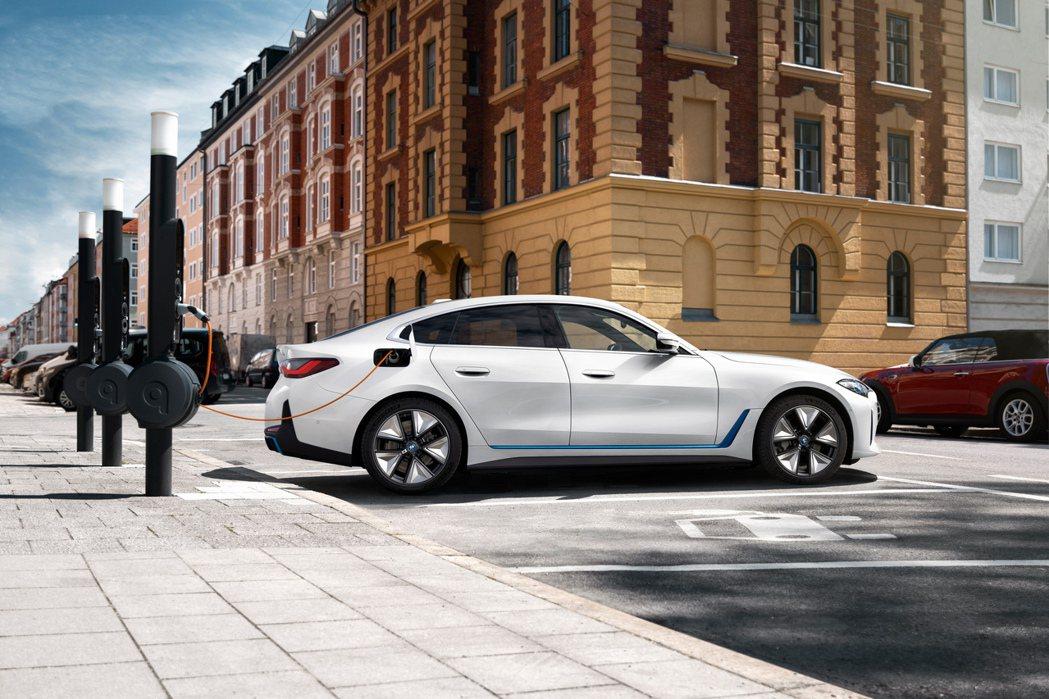 全新BMW i4採用後輪驅動設定,最大馬力可達到340hp/43.8kgm。 摘...