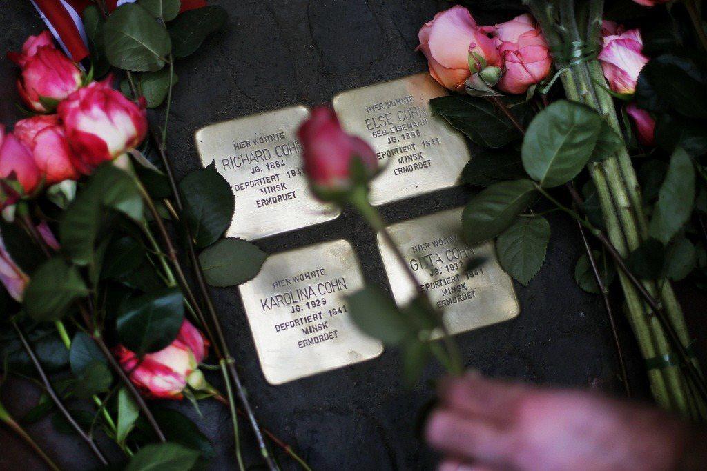 稱為「絆腳石」(Stolpersteine)的金色地磚,提醒後人曾有個人在這裡生活,但卻被國家不正義的暴行謀殺。 圖/美聯社