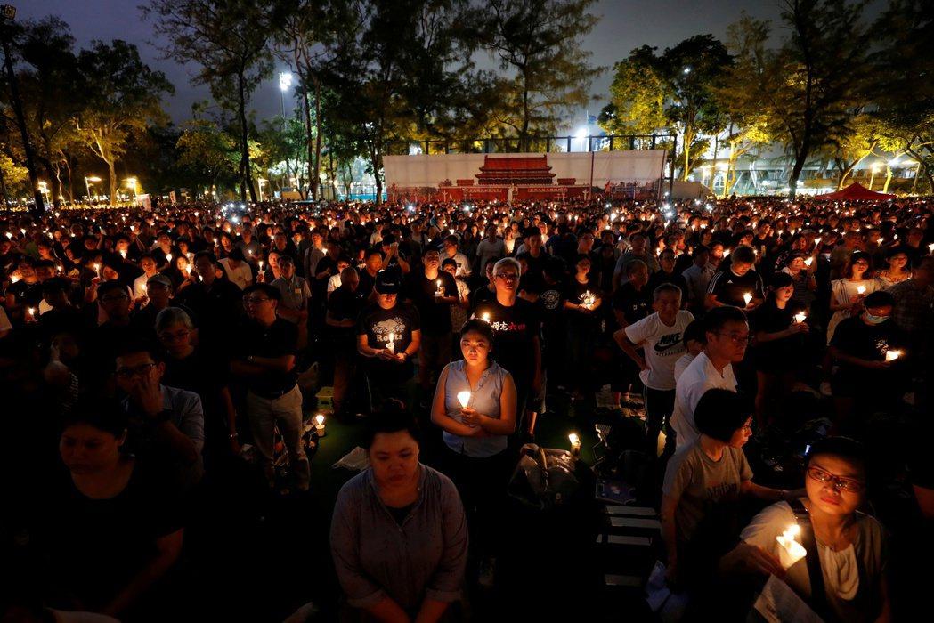 香港市民自發悼念六四事件。 圖/路透社
