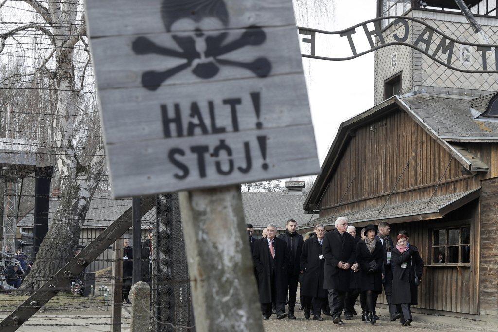 2020年1月27日,德國總統施泰因邁爾等人參訪奧斯威辛集中營。 圖/美聯社