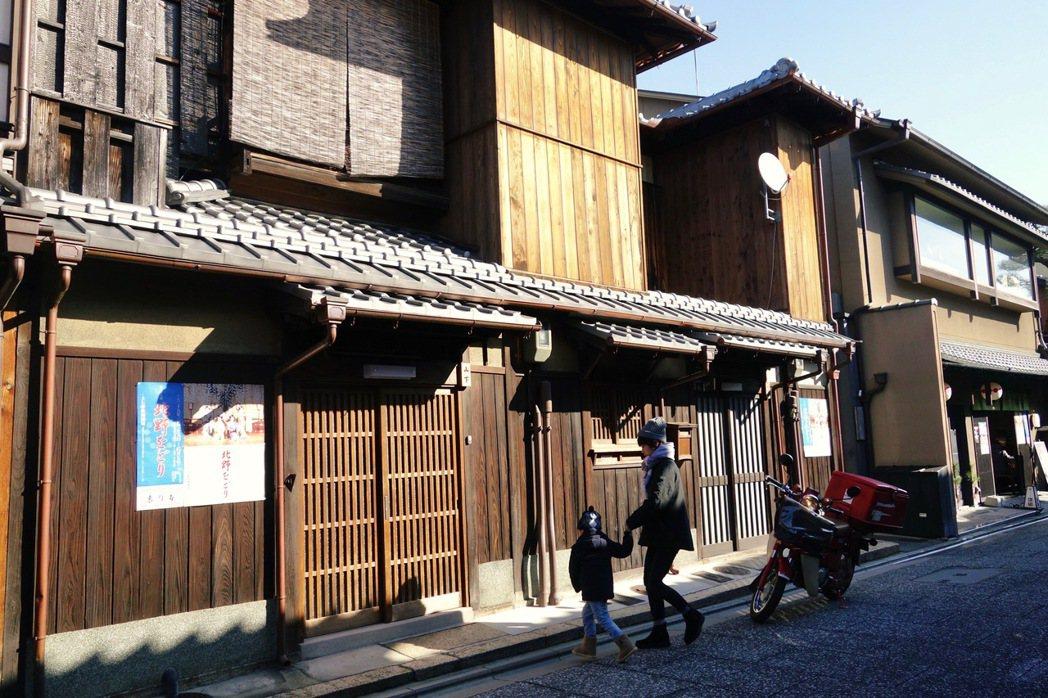 不論是義大利小鎮還是京都町家的例子,都是因地制宜利用原本既有的空間,提供旅客原汁...