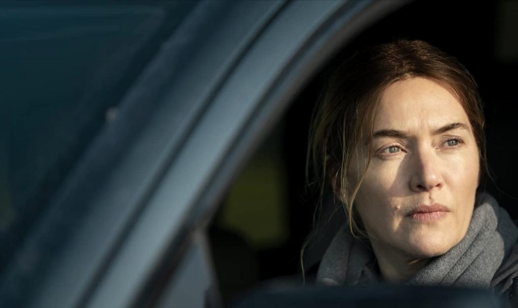 在劇中,溫絲蕾飾演一位在賓州小鎮服務多年的中年刑事警探Mare。圖為《東城奇案》劇照。 圖/IMDb