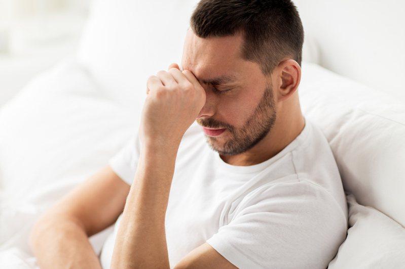 新竹縣關西鎮培靈醫院前院長、精神醫學博士李光輝提醒,現今大家都宅在家,應多用網路與外界聯繫,若自我封閉太久,會導致憂鬱。示意圖/ingimage