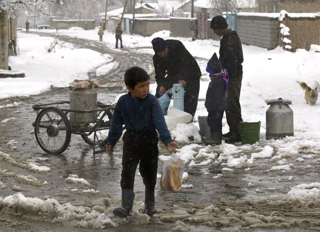 圖/美聯社:吉爾吉斯冬季取水。大規模吉爾吉斯人口移入定居,往伊斯法拉河遷移,令...