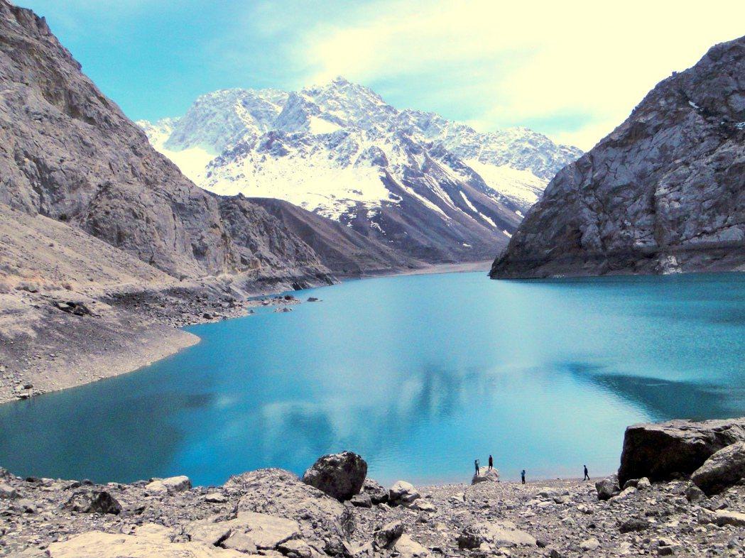 圖/維基共享:塔吉克凡恩山脈的湖泊。水資源的分配和供應也是導致衝突惡化的因素之...