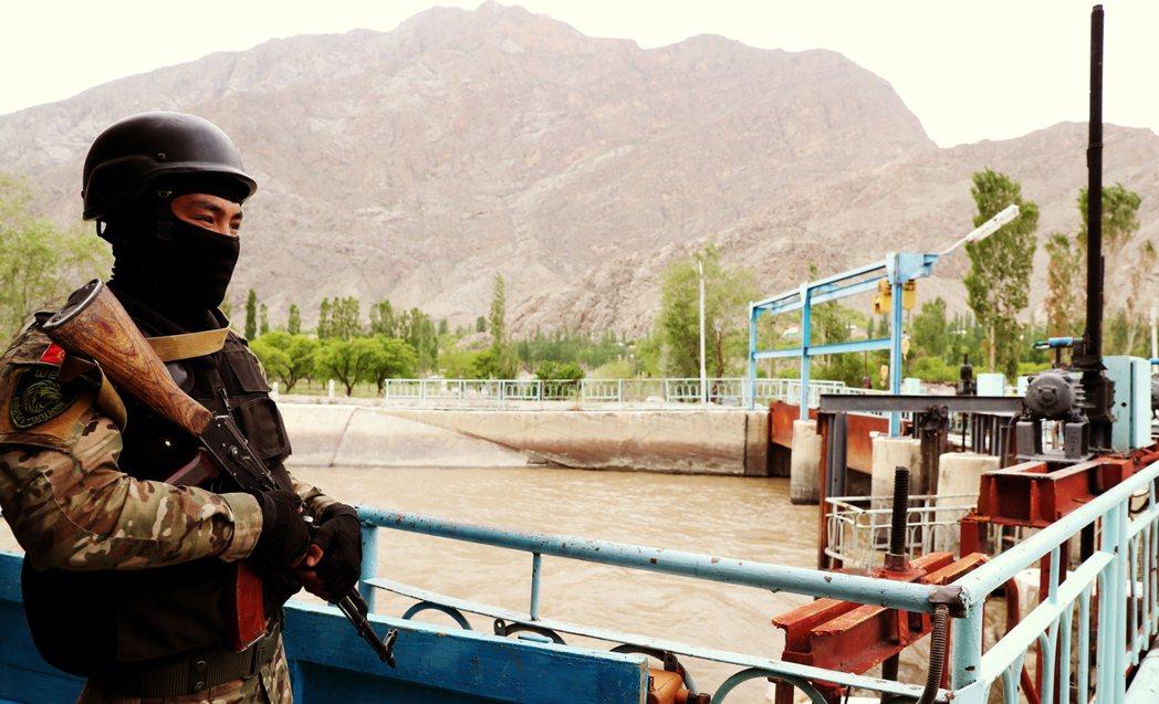 圖/歐新社:吉爾吉斯軍隊在防守戈洛弗諾伊配水站。