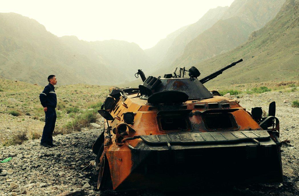 圖/歐新社:吉爾吉斯官員在邊境檢查一輛被炸爛的吉軍裝甲運兵車。為何吉塔兩國在當...