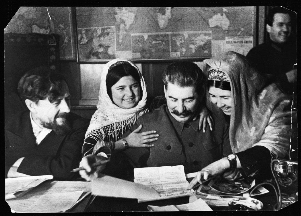 圖/維基共享:1935年,史達林在莫斯科接見塔吉克集體農場的代表。