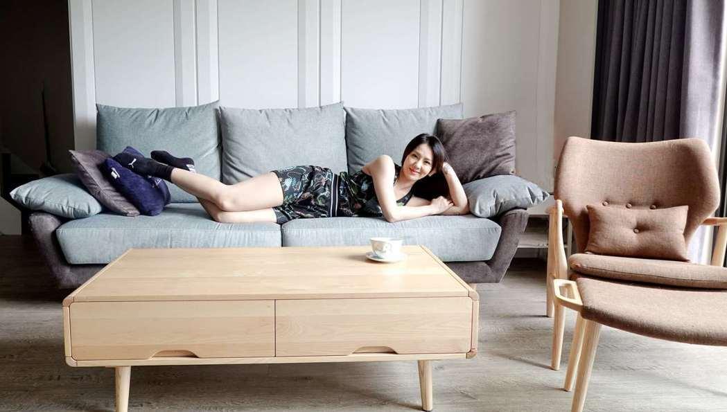 剛買新屋的劉雨柔,客廳走白灰色冷調,搭配溫潤優渥實木傢俱,簡單大方好整理,導圓角...