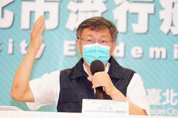 台北市長柯文哲今(8日)表示,疫苗覆蓋率需達7成以上才有群體免疫效果,若在此之前先行解封,感染人數就會上升。圖/北市府提供