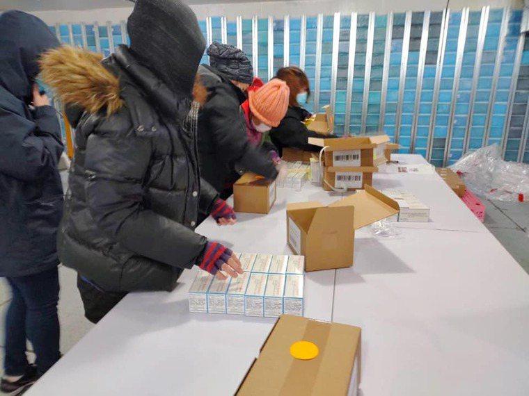 食藥署人員與裕利公司員工昨天在負20度的冷凍倉庫中,將15萬劑的莫德納疫苗完成封...