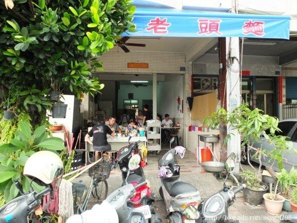 小麵店只有在遮雨棚上簡單寫上「老頭麵」三個紅字,位於屏東市自由路上不是很明顯。