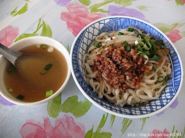 麻醬乾麵會附上清湯,湯喝完可以再添加