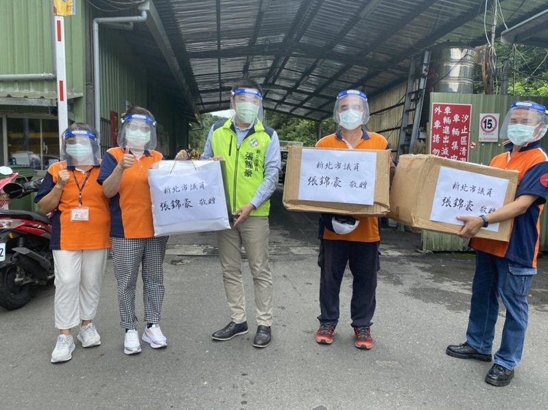 新北市議員張錦豪媒合社會資源,將300個面罩送到汐止清潔隊。 圖/觀天下有線電視提供