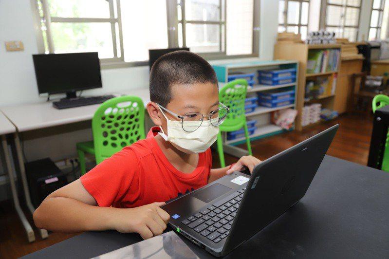 新冠肺炎疫情爆發本土感染,全台防疫再延長到28日,各級學校再延長停課,學生線上學習。圖/嘉縣府提供