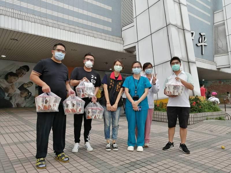 台北市議員應曉薇結合西門商圈在地商家,連續數天捐贈上百個便當至萬華區週邊的醫療院所,另有茶飲店也響應。圖/應曉薇辦公室提供