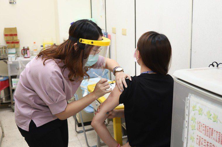 符合新冠肺炎疫苗接種資格的護理人員接種疫苗情形。圖/嘉縣府提供