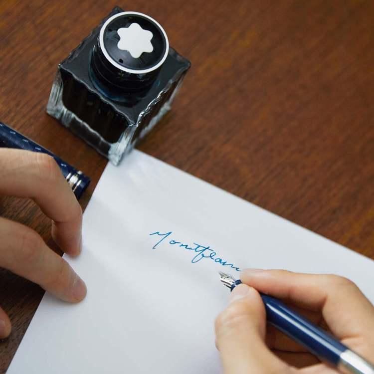 王可元除搶先使用萬寶龍書寫工具,也親自試寫、展現健美男子的筆下柔情。圖 / 翻攝...