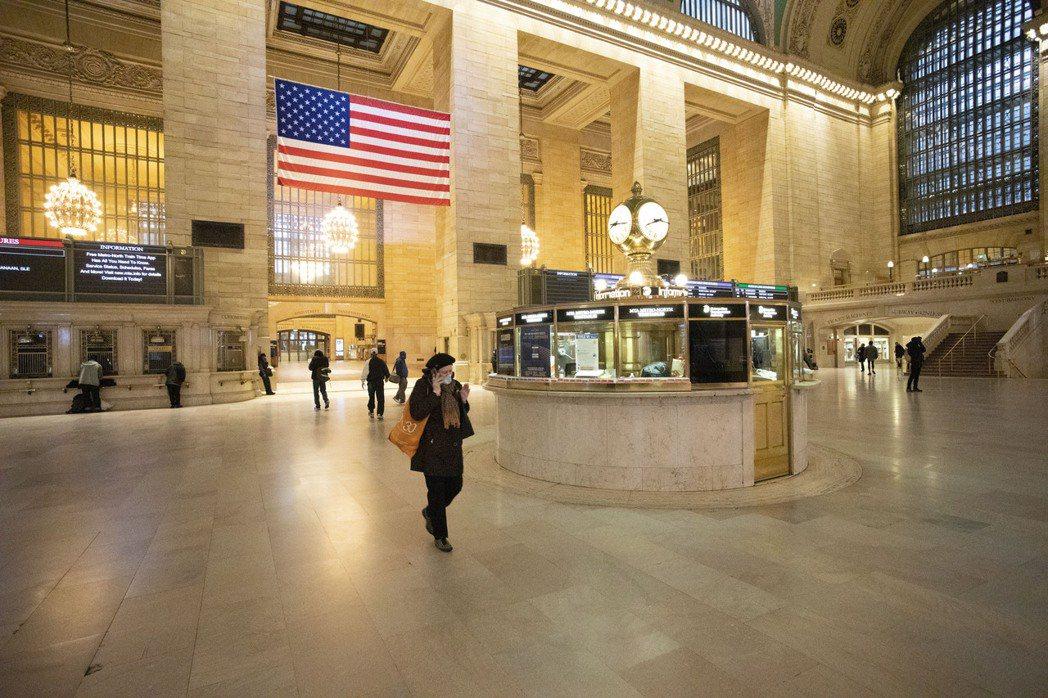 紐約市中央車站去年3月下旬時,只有少數通勤者出入。   美聯社