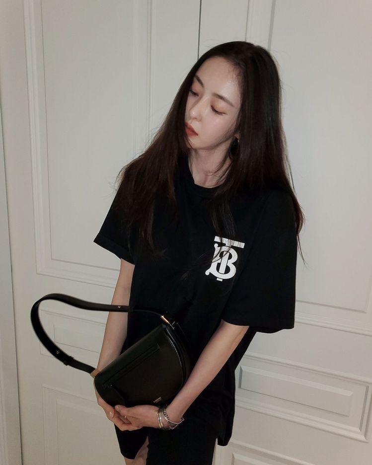 韓星李多熙選搭黑色Olympia包款,呈現自在隨性的居家風格。圖/取自IG