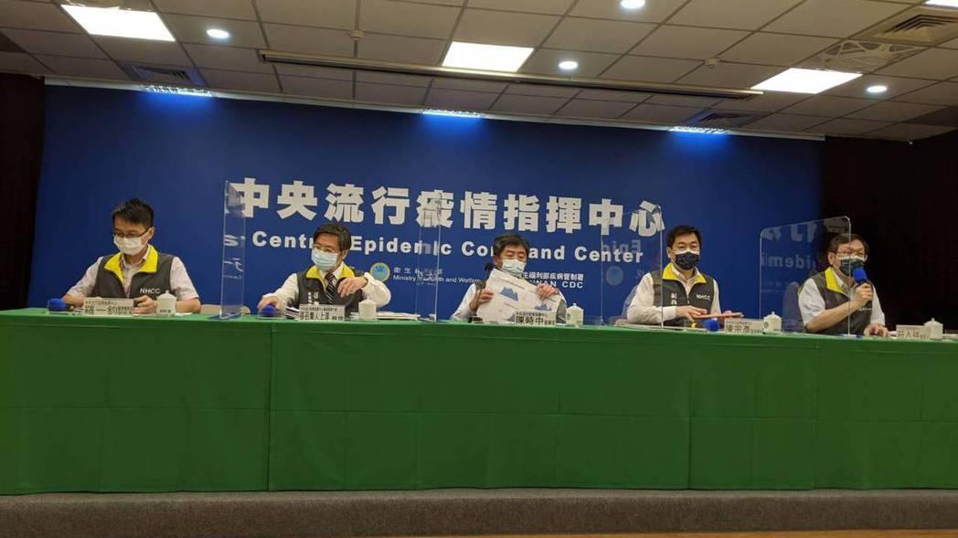 中央流行疫情指揮中心6月8日14:00記者會出席名單,第一排由左到右醫療應變組副...