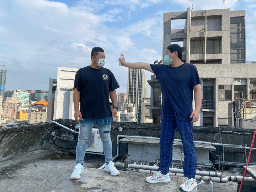 草爺(左)直播時因為吃飯拿下口罩被網友罵。圖/台北海大提供