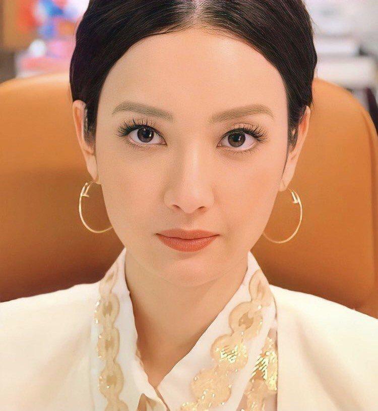 飾演寶來麗子的女星蔡菜緒配戴卡地亞經典的釘子耳環。圖/取自IG
