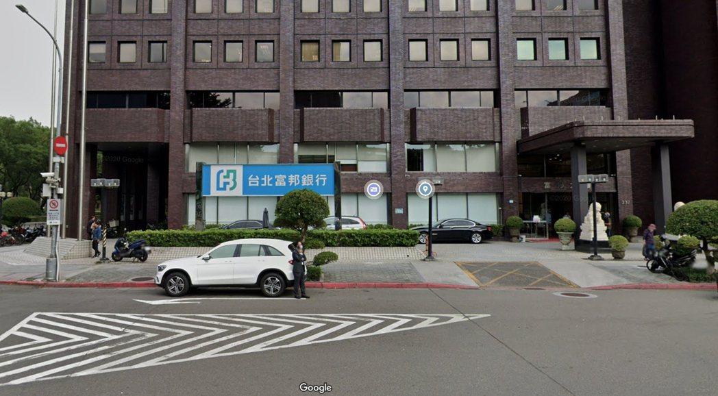 因應疫情,及強化對客戶及員工的保護,台北富邦銀行即日起將針對新開戶、存摺補發、變...