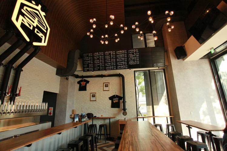 掌門精釀在全台灣擁有9間門市與200多種啤酒風味,門市目前並提供門市提供生啤及食...