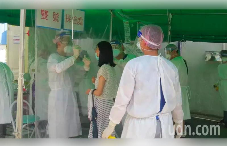 新冠肺炎疫情嚴峻,民眾前往快篩站篩檢。示意圖/本報資料照片